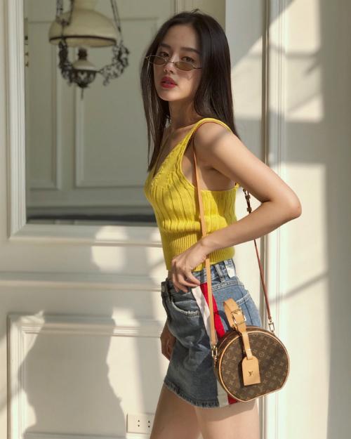 Bộ cánh dạo phố đơn giản được nữ người mẫu sinh năm 1995 phối cùng chiếc túi Petite Boite Chapeau nằm trong BST Resort 2018 củaLouis Vuitton. Từ khi trình làng, thiết kế này đã được các tín đồ thời trang rinh về dù có giá thành không hề rẻ (95 triệu đồng).
