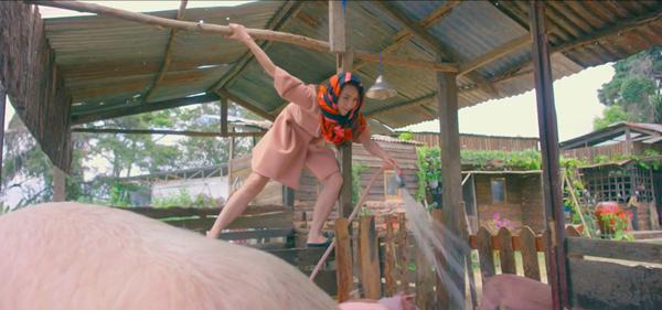Cảnh tắm heo trong phim của Ngân Khánh.