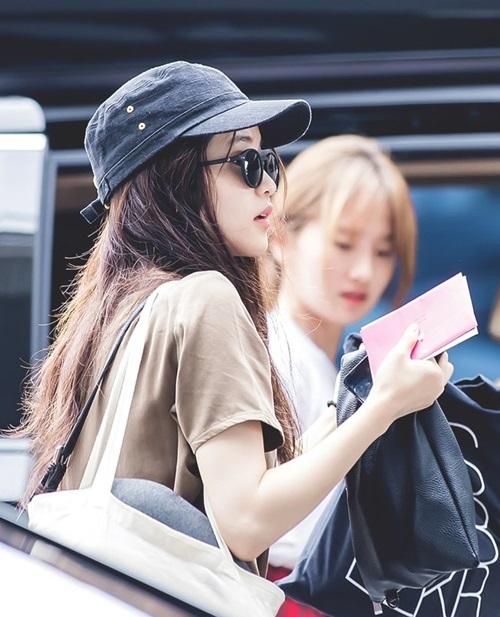 Chỉ cần đội mũ lưỡi trai và đeo kính đen, Kim Tae Ri cũng đủ toát lên thần thái hút hồn người hâm mộ.