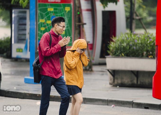 <p> Những bạn trẻ xuống phố hôm nay đã bắt đầu mặc thêm áo ấm.</p>