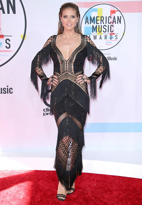 Siêu mẫu Heidi Klum lựa chọn trang phục đan móc xuyên thấu táo bạo.