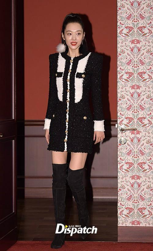 Tối 10/10, Sulli thu hút sự chú ý khi tham dự sự kiện của Estee Lauder tại Seoul. Công chúa nhà SM khoe chân dài thẳng tắp như manequin sống trong bộ đầm ngắn cũn.