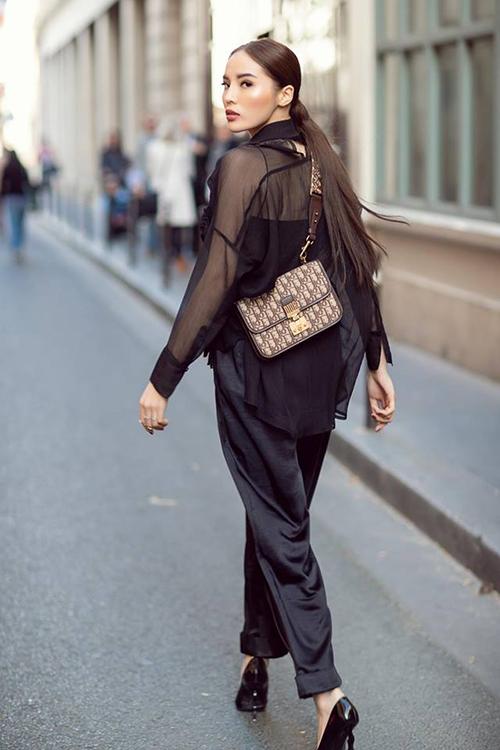 Kỳ Duyên diện cả cây đen dạo phố Paris, dùng chiếc túi Dior mới toanh để làm điểm nhấn.