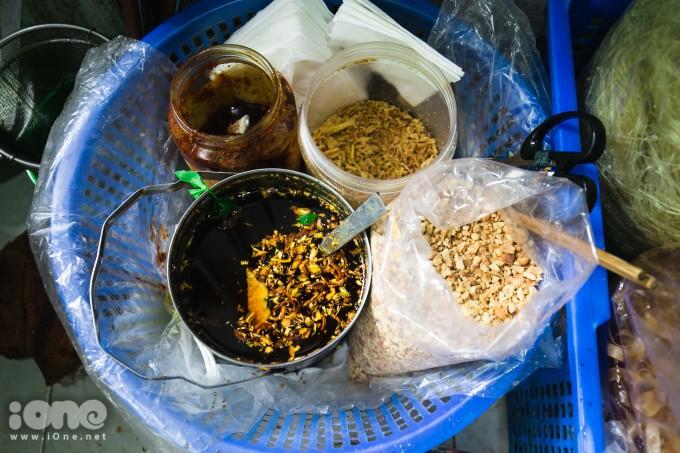 <p> Ngoài những nguyên liệu chính như: bánh đa, chả cá, chả giò, rau cần thì những gia vị như lạc, hành khô hay nước mỡ đều không thể thiếu cho bát bánh đa trộn chuẩn vị.</p>