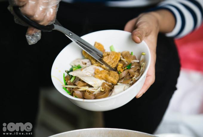 <p> Các đồ ăn kèm như giò, chả cả đều được cắt thành miếng nhỏ để thuận tiện khi ăn.Chỉ cần nêm nếm chút dấm, xì dầu, bạn sẽ có bát bánh đa hòa trộn vị chua, cay, mặn...</p>