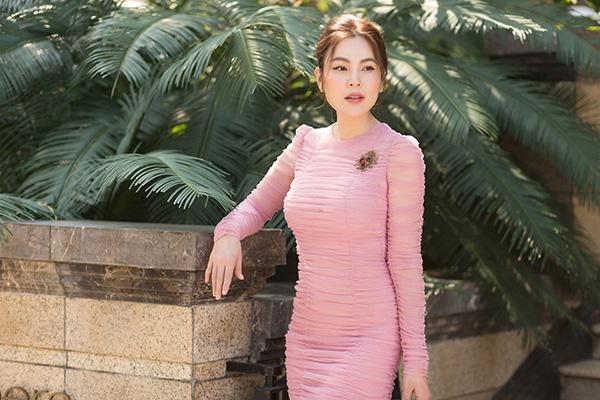 Hoa hậu quý bà Phương Lê diện bộ cánh màu hồng trẻ trung với chất liệu mỏng, phom ôm sát tôn đường cong, phối cùng túi xách Hermes Birkin.