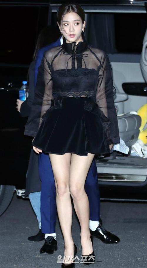 Tối 11/10, Ji Soo tham dự sự kiện ra mắt một thương hiệu tại Seoul. Mỹ nhân Black Pink diệnáoxuyên thấu và skirt nhung, khoe đôi chân nuột nà thẳng tắp.