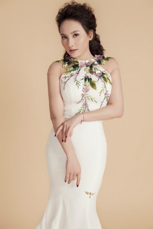 Mẫu váy Bảo Thanh diệncó phom cổ yếm khá phổ biến.Thiết kế được nhấn nhá hoa 3D tại cổ áo tạo điểm nhấn cần thiết.