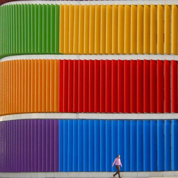 <p> Khi đi quanh vùng rìa thành phố, Torun chỉ có một điều kiện duy nhất với các kiến trúc mà ông sẽ chụp đó là: Chúng phải thật sáng màu. Sau đó, ông đặt ống kính một cách khéo léo để ghi lại những điều thú vị của kiến trúc. Đó có thể là những bậc thang xếp đều tăm tắp hay những lớp phủ với các họa tiết ở mặt tiền các tòa nhà.</p>