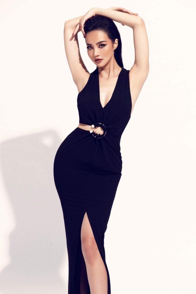 <p> Cô chọn trang phục với tông đen chủ đạo, trang điểm và làm tóc tạo vẻ lạnh lùng.</p>