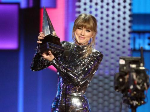 Thành tích tại AMAs 2018 giúp Taylor Swift phá vỡ kỷ lục của Whitney Houston.