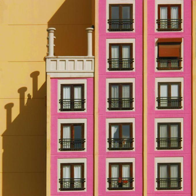 <p> Những bức hình có thể đã thể hiện một cuộc sống tươi đẹp, đồng thời cho thấy khu vực này đang trải qua những thay đổi nhanh chóng. Dân số Istanbul đã tăng gấp đôi kể từ đầu thập niên 90 thế kỷ trước, và khu vực ngoại ô thành phố là nơi sinh sống của đa số dân cư. Những tòa nhà trong những bức hình đều đưa vào sử dụng được chưa quá 5 năm.</p>