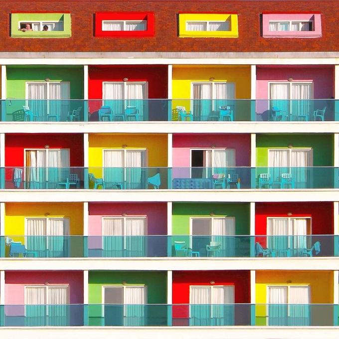 """<p> Rất nhiều bức hình của Torun chụp các tòa chung cư. Với những đường nét đậm và phối cảnh chụp chính diện, những bức hình rất 'ăn khách"""" trên Instagram. Kể cả khi Torun bán các bức ảnh và mang chúng đi triển lãm, những bức hình vẫn khiến người ta tò mò, thích thú.</p>"""