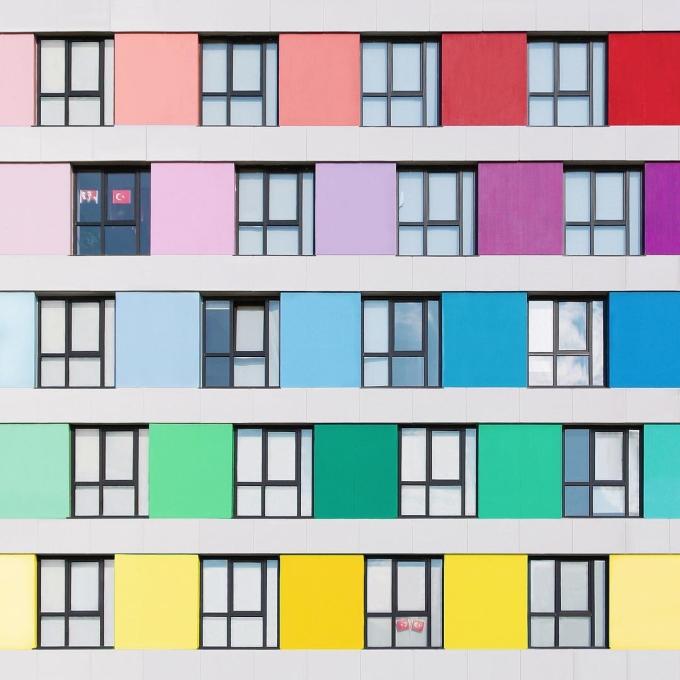 <p> Con mắt tinh tường với kiến trúc của Torun có được từ gần 8 năm làm kiến trúc sư. Trong thời gian ấy, ông làm việc chủ yếu với những tòa chung cư, đối tượng chính trong những bức ảnh của ông.</p>