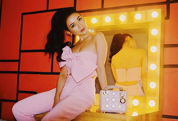 Người đẹp còn sở hữu một chiếc túi Lady Dior với màu hồng phấn xinh không kém, kích thước bé nhưng giá cũng rất chát, khoảng 80 triệu đồng.