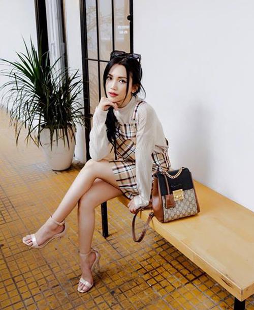 Nữ ca sĩ đầu tư khá nhiều món đồ đến từ thương hiệu Gucci. Giá của chiếc ba lô xinh xắn này khoảng 48,5 triệu đồng.