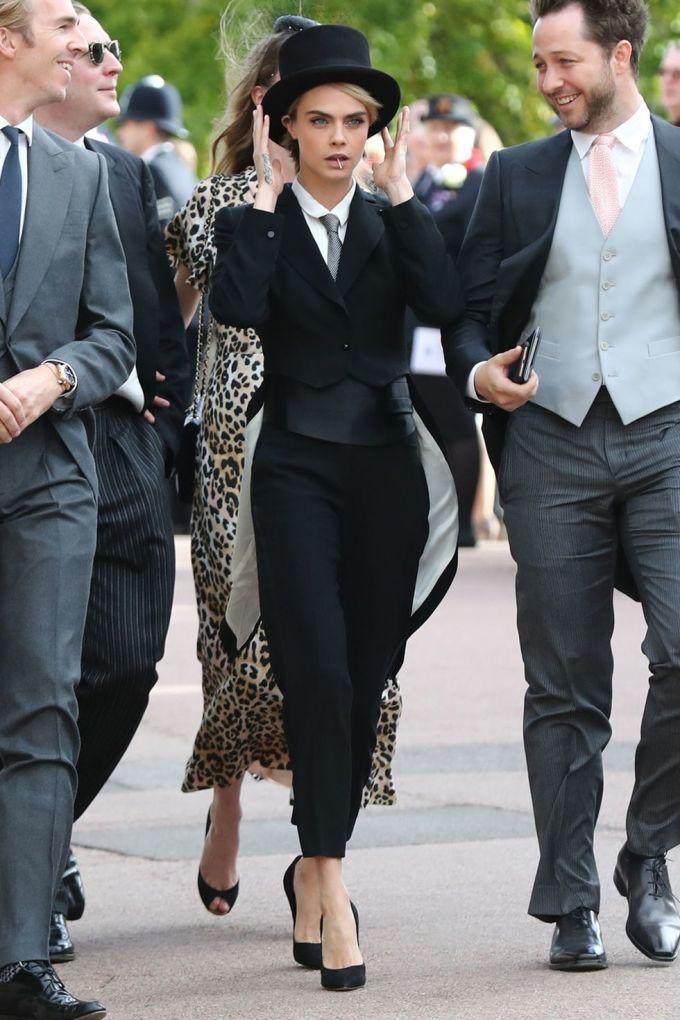<p> Người mẫu Cara Delevinge nổi bật với set đồ cá tính. Thay vì diện đầm như các khách mời nữ khác, chân dài 9x lựa chọn bộ tuxedo mạnh mẽ của Armani. Cô nàng cũng ghi tên mình vào lịch sử khi là khách nữ đầu tiên mặc trang phục của nam giới dự đám cưới hoàng gia.</p>