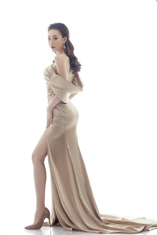 Trong bộ hình đăng tải, Hoàng Hải Thu - Người đẹp Tài năng của Hoa hậu Hoàn vũ Việt Nam 2017 khoe đường cong quyến rũ trong bộ đầm lệch vai với điểm nhấn là chi tiết xếp nếp vải trên nền trang phục.