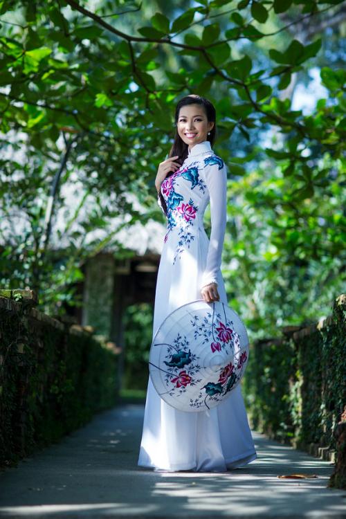 Bích KhanhMiss Grand International - Hoa hậu Hòa bình Quốc tế được tổ chức lần đầu tiên tại Thái Lan vào năm 2013. Bích Khanh là đại diện đầu tiên của Việt Nam tại sân chơi này. Trong phần thi trang phục dân tộc, người đẹp chọn bộ áo dài cách điệu được lấy cảm hứng từ hoa sen. Thiết kế nền nã, lịch thiệp nhưng thiếu sự đầu tư không thể giúp Việt Nam có thứ hạng ở phần thi phụ quan trọng này.