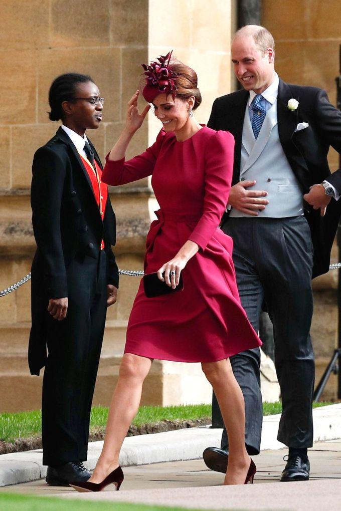 <p> Phong cách của Nữ công tước xứ Cambrigde trái ngược với em dâu Meghan. Cô chọn bộ đầm màu hồng đậm nữ tính của thương hiệu thời trang yêu thích Alexander McQueen. Thiết kế tay phồng cổ điển, tạo điểm nhấn ở eo giúp bà mẹ ba con khoe khéo vóc dáng thon gọn sau sinh.</p>