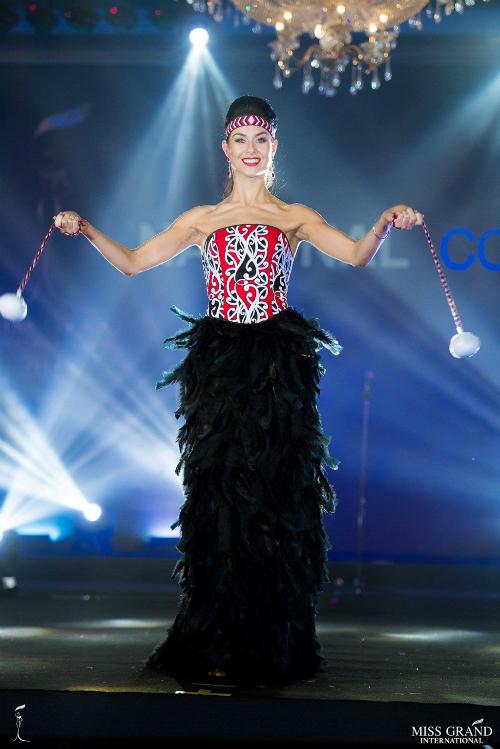 Phần vai gồ ghề, gân guốc của đại diện New Zealand khiến người đối diện choáng ngợp. Cô giống như một động viên thể hình hơn là hoa hậu.