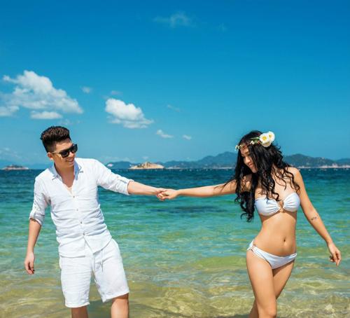 Sở hữu thân hình gợi cảm, cô không ngại khoe dáng trong trang phục bikini trắng cùng chồng.Hoa hậu Julia Hồ cũng có bộ hình cưới lãng mạn trong trang phục bikini tại bờ biển Cancun, Mexico.Julia cùng dàn phù dâu xinh đẹp diện bikini quậy tung bãi biển.