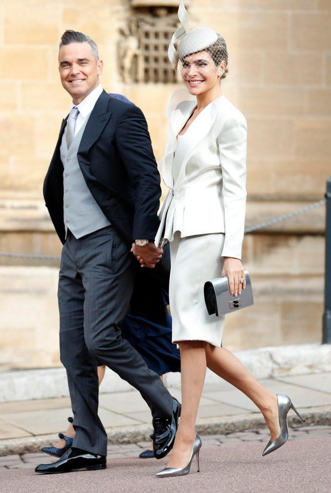 <p> Vợ của nam ca sĩ Robbie William, Ayda Field mặc bộ suit và chân váy của Giorgio Armani phối cùng mũ đội đầu Philip Treacy.</p>
