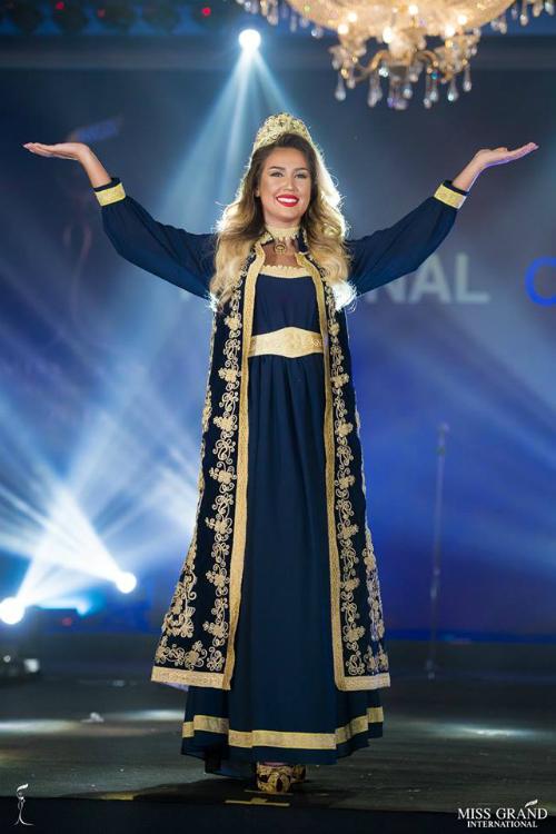 Nhan sắc đến từ Kosovo bị chê già nua. Cộng đồng mạng nhận xét cô phù hợp với một cuộc thi hoa hậu quý bà thay vì sân chơi nhan sắc cho những cô gái trẻ.