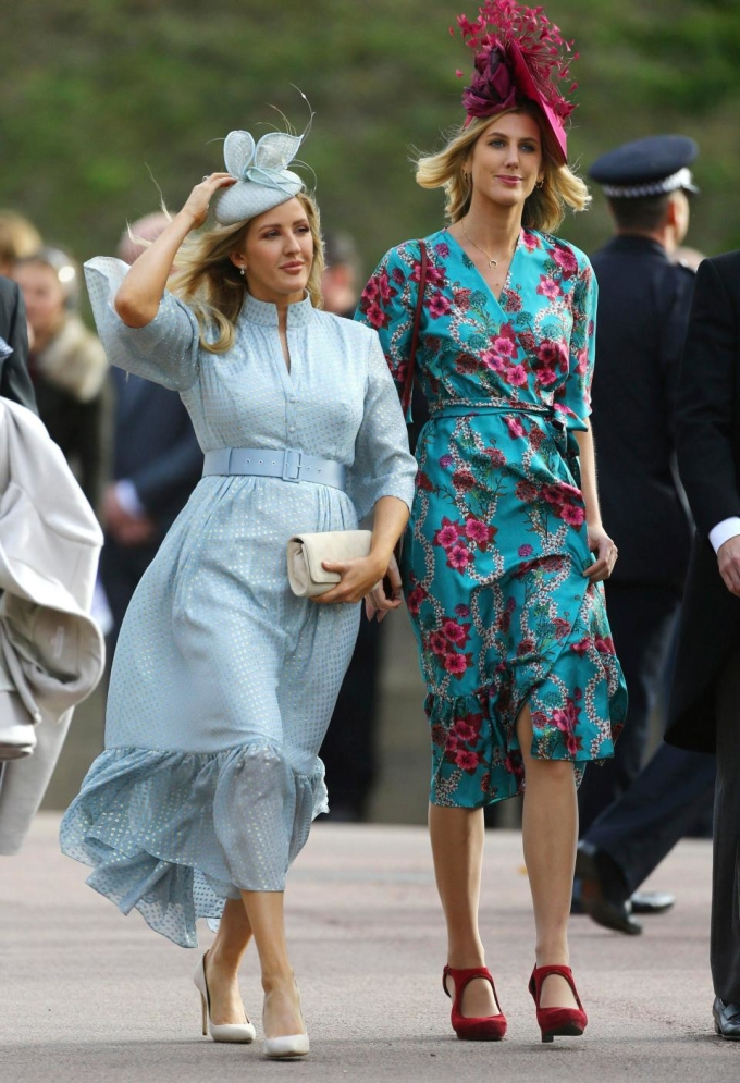 <p> Nữ ca sĩ Ellie Goulding lựa chọn bộ váy họa tiết chấm bi màu xanh dương của Suzannah có giá 1.750 bảng.</p>