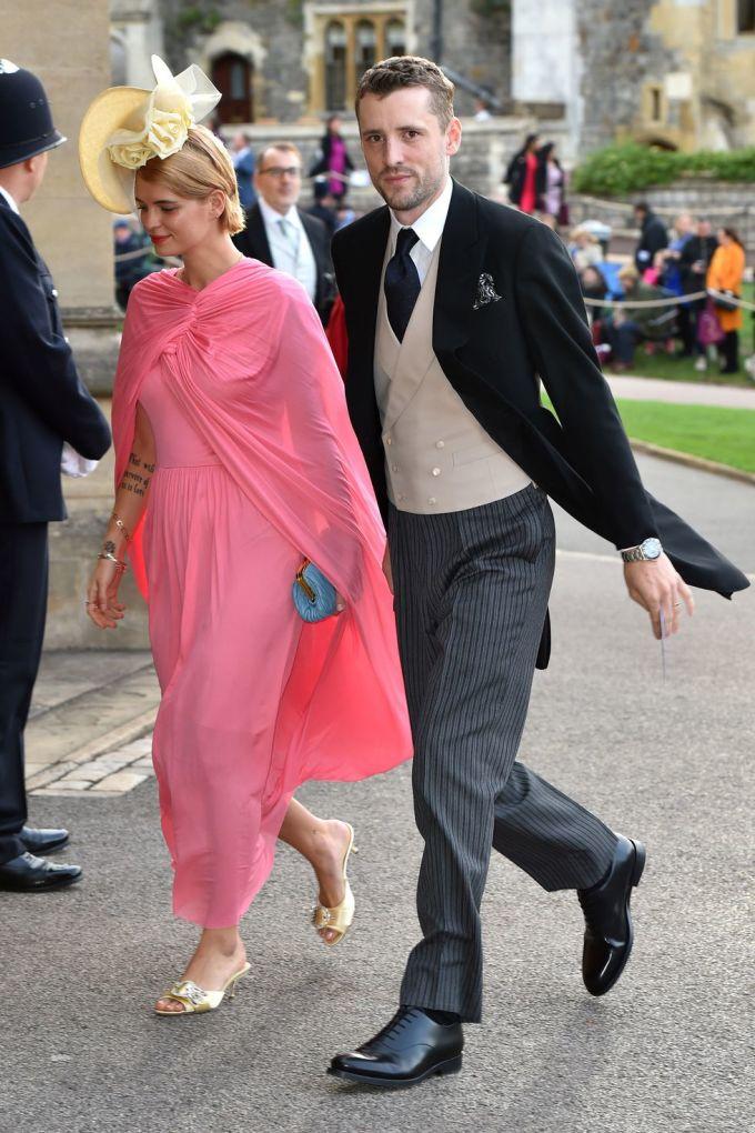 <p> Ca sĩ Pixie Geldof thướt tha trong bộ váy kèm khăn choàng hồng nữ tính của thương hiệu Celine. Người đẹp 28 tuổi kết hợp bộ đồ cùng phụ kiện ăn rơ: mũ và giày bệt màu vàng mỡ gà.</p>