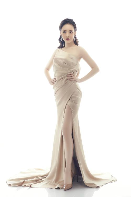 Bộ cánh ôm sát không chỉ giúp nữ diễn viên Cạm bẫykhoe lợi thế đôi chân thon dài mà còn khiến cô lịch thiệp, nữ tính hơn. Đôi bông tai pha lêtăng thêm phần sang trọng cho trang phục.