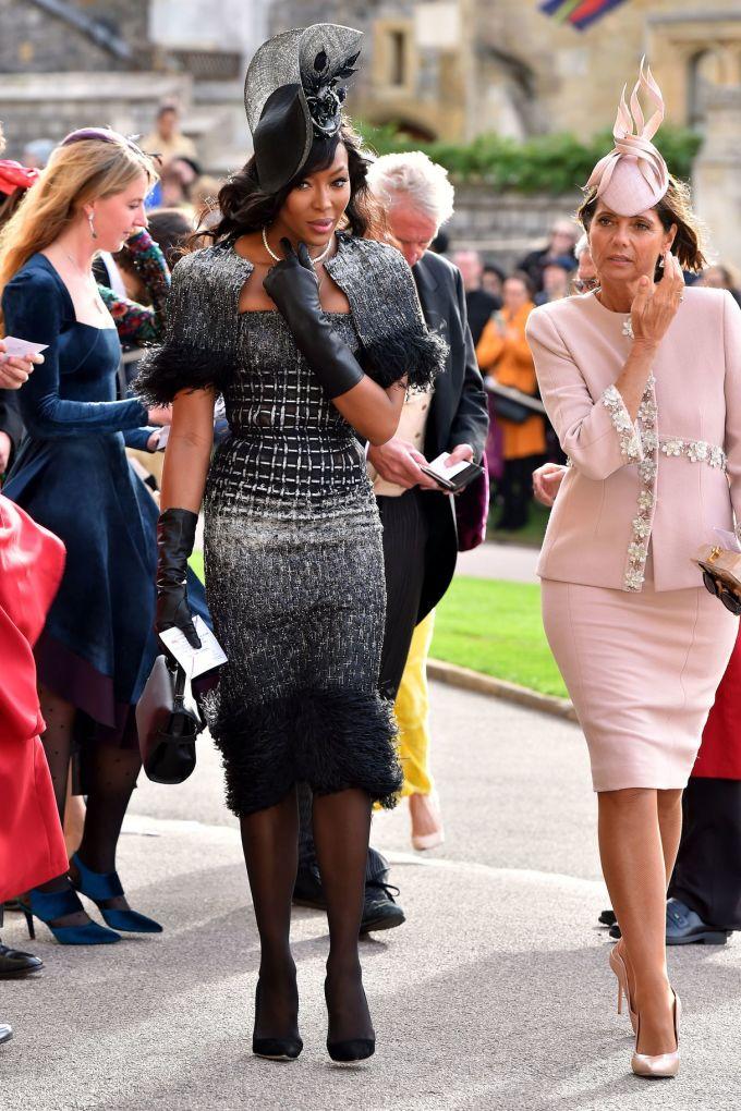 <p> Siêu mẫu Naomi Campbell diện đầm màu đen của Ralph & Russo, tông xuyệt tông với mũ, găng tay, túi xách và giày cao gót.</p>