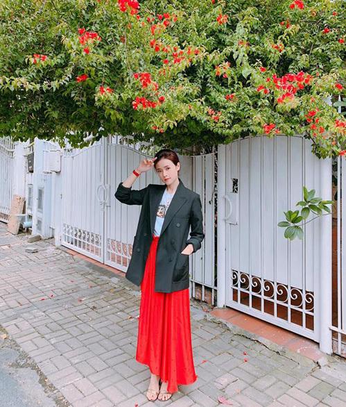 Midu có cách kết hợp trang phục lạ khi diện blazer mạnh mẽ với váy maxi điệu đà dạo phố.
