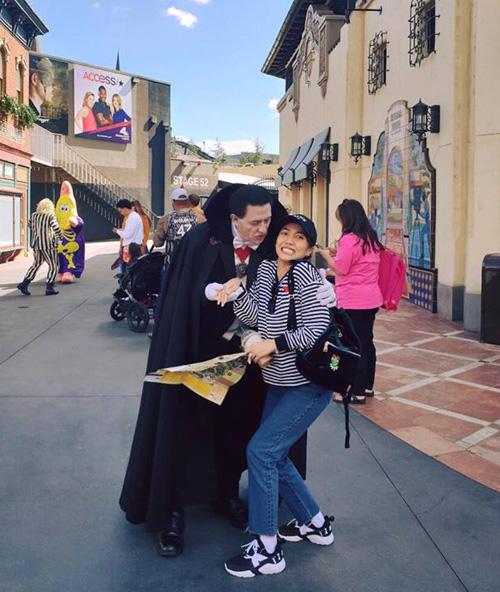 Diệu Nhi biểu cảm hài hước khi bị Dracula trêu ghẹo.