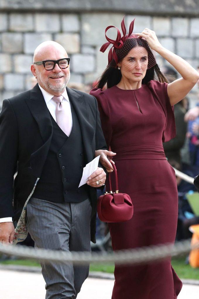 <p> Demi Moore cũng là một trong những khách mời dự đám cưới. Cô lựa chọn trang phục màu mận chín sang trọng.</p>