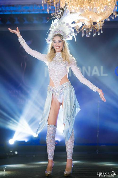 Được coi là bản sao của siêu sao Kylie Minogue nhưng đại diện Argentina - Julieta Riveros bị nhận xét có nụ cười hở lợi kém duyên.