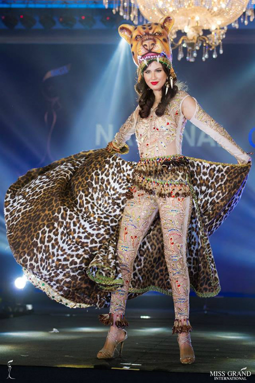 Bên dưới bức ảnh của đại diện Ecuador - Blanca Arambulo, cộng đồng mạng ví đôi chân của người đẹp này như chân voi. Thân hình ngoại cỡ khiến phục trang phục ôm sát của cô thêm phần phản cảm.