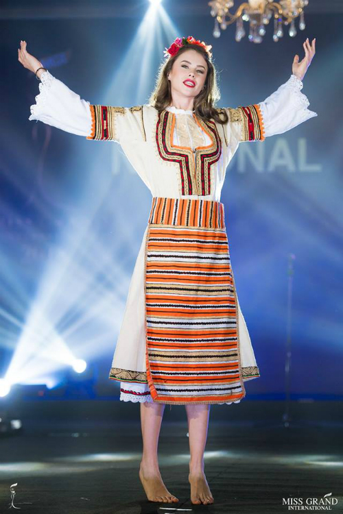 Hoa hậu Bulgaria có gương mặt thô, biểu cảm khó hiểu.