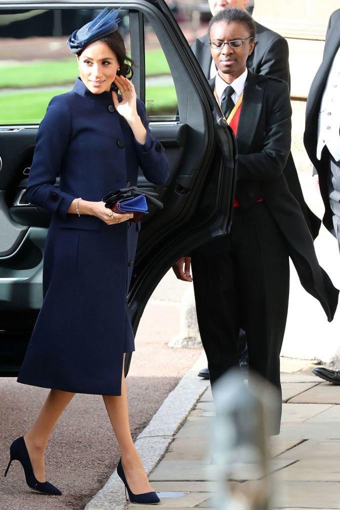 <p> Nữ công tước xứ Sussex, Meghan Markle, trung thành với phong cách thanh lịch, nhã nhặn của Givenchy. Cô kết hợp cùng mũ đội đầu, clutch cầm tay và giày cao gót cùng tông màu xanh thẫm.</p>
