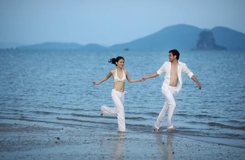 Hoa hậu Hoàn vũ Việt Nam 2008 diện bikini trắng khoe eo thon dáng ngọc, chạy nhảy tung tăng trên bãi biển cùng chồng.