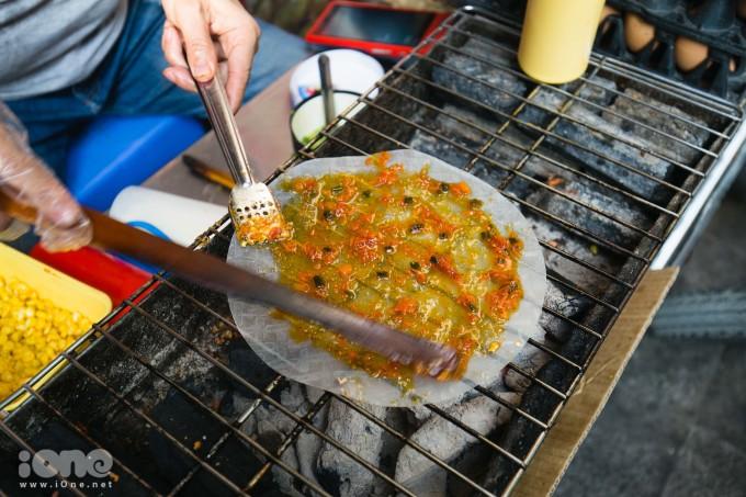 <p> Đầu tiên, sẽ cho một lớp nước sốt phủ đều lên tráng bề mặt của bánh tráng.</p>