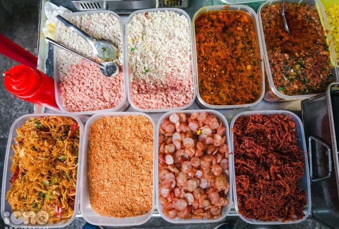 <p> Nguyên liệu chính của bánh tráng nướng Đà Lạt:bò khô, lạp xưởng, xúc xích thái nhỏ....</p>