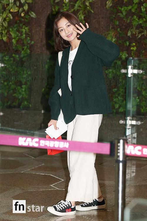 Ji Hyo ra sân bay mà chọn đồ rộng rãi, dễ chịu như trang phục ở nhà.