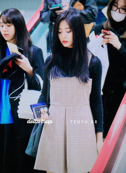 Tzuyu xinh xắn với vay caro chuẩn style nữ sinh, áo len mỏng mặc trong để giữ ấm những ngày đầu đông.