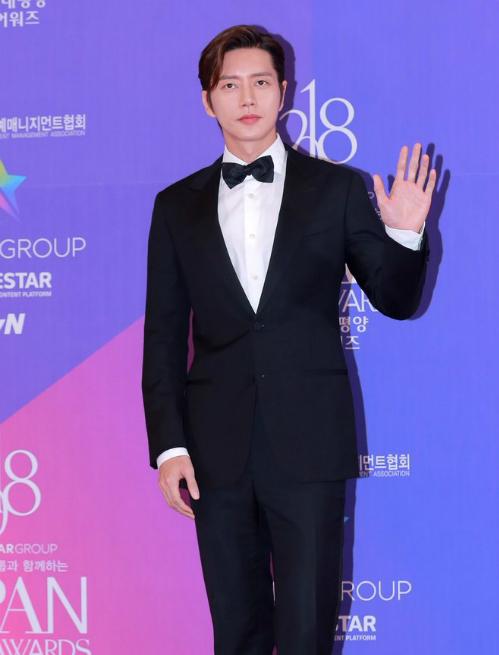 Park Hae Jin giữ vẻ đẹp lạnh lùng khi xuất hiện trên thảm đỏ.