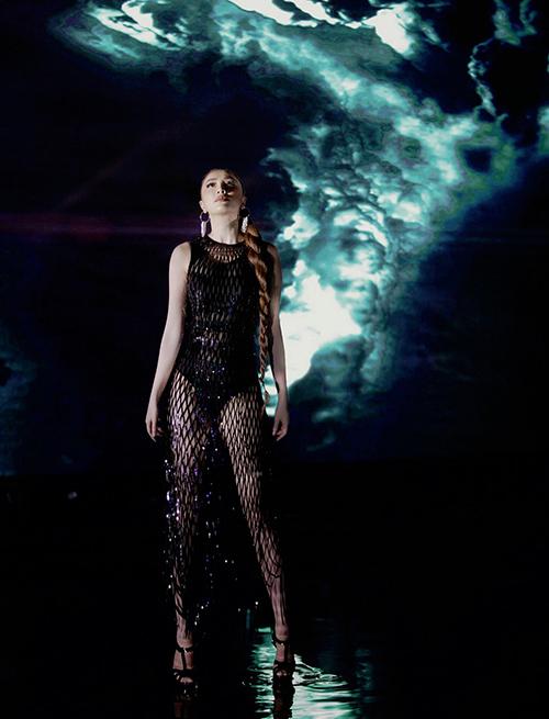 Cô tiết lộ đầu tư 10 bộ trang phục được đặt thiết kế riêng để tạo độ chỉn chu.