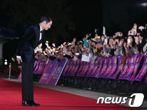 Nam diễn viên cúi mình cảm ơn sự cổ vũ của người hâm mộ.