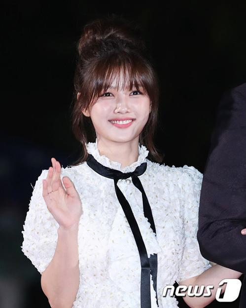 Kim Yoo Jung tái xuất mạnh mẽ sau gần hai năm nghỉ vì bị bệnh. Ngôi sao sinh năm 1999 đẹp như thiên thần với mẫu váy ren kín đáo, lối trang điểm nhẹ nhàng.