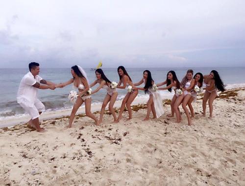 Hoa hậu Julia Hồ cũng có bộ hình cưới lãng mạn trong trang phục bikini tại bờ biển Cancun, Mexico.