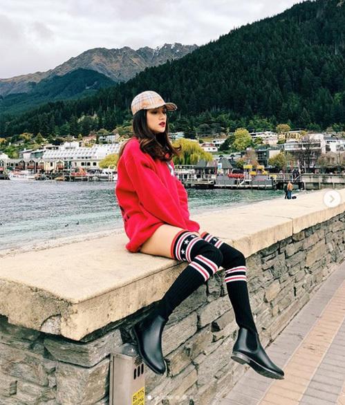 Hương Giang bất chấp gió lạnh New Zealand, vẫn diện váy siêu ngắn nhiệt tình.